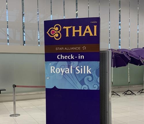 バンコク・スワンナプーム空港から出国。ロイヤルシルクでチェックインは快適。ラウンジは微妙